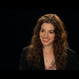 Anne Hathaway über das Verlieben von Jamie und Maggie - OV-Interview