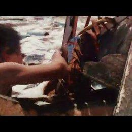 Maria entdeckt Lucas in den Fluten sie versuchen sich zu erreichen - Szene