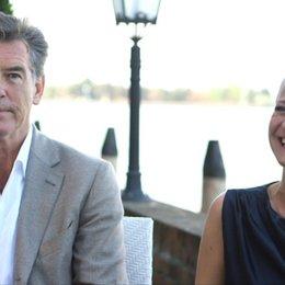 Pierce Brosnan und Trine Dryholm über die Dreharbeiten - OV-Interview
