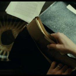 Rory findet ein altes Manuskript in der Aktentasche - Szene