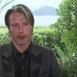 Mads Mikkelsen (Lucas) über die Zusammenarbeit mit Vinterberg - OV-Interview