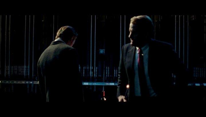 John befragt Steve zu seiner Adoption - Szene Poster