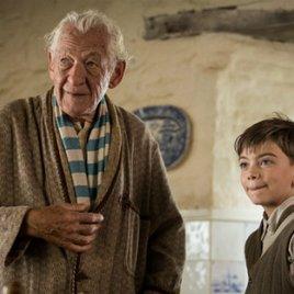 """Exklusiver Clip zu """"Mr. Holmes"""": Ian McKellen gibt als alter Sherlock Holmes sein Wissen weiter"""