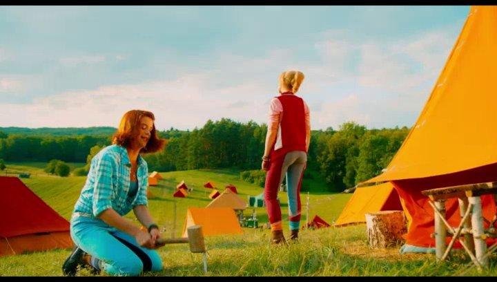 Bibi und Tina kommen am Zeltlager an - Szene Poster