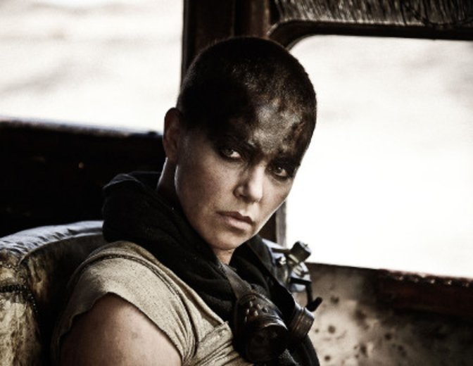 """Charlize Theron sitzt in """"Mad Max: Fury Road"""" am Steuer © Warner Bros. Pictures"""