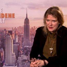 Barbara Sukowa - Caterina Fabiani - über Caterinas Reaktion auf Sophie - Interview Poster