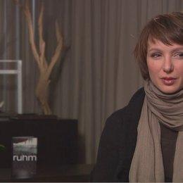 Julia Koschitz über ihre Begeisterung für das Drehbuch - Interview Poster
