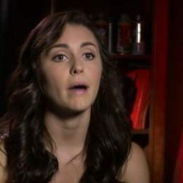 Kathryn McCormick - Emily über ihre Rolle - OV-Interview Poster