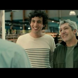 Der Schwiegervater in spe Gilbert (Alain Chabat) möchte Thomas (Max Boublil) von seinen Hochzeitsabsichten abbringen - Szene