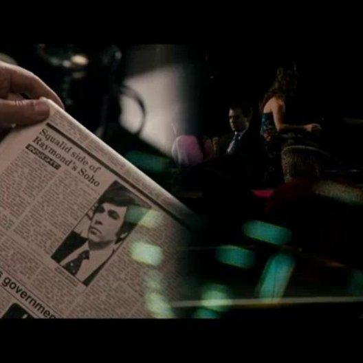 Paul Raymond (Steve Coogan) rechtfertigt sich vor der Presse, die ihm vorwirft, Prostitution in seinen Nachtclubs zu betreiben - Szene