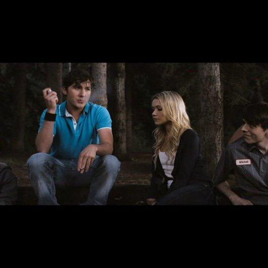 Chad (Jesse Moss) erzählt seinen Freunden eine Gruselgeschichte am Lagerfeuer - Szene Poster