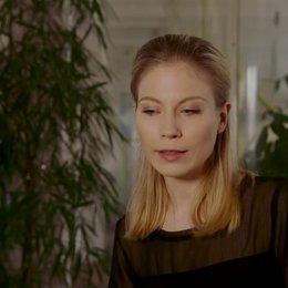 Nora von Waldstätten über, die Arbeit mit Josef Hader, Tobias Moretti, den Dialekt ihrer Rolle, Wolf Haas, eine Anekdote zu den Dreharbeiten, die Zusa Poster