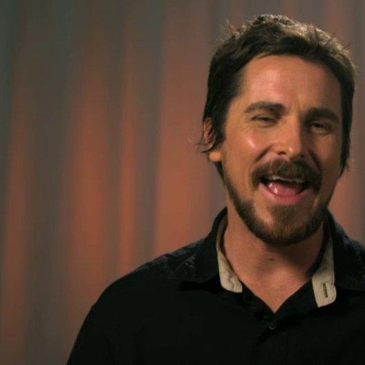 Christian Bale - Irving Rosenfeld -  über die Zusammenarbeit mit David O Russell - OV-Interview Poster