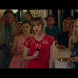 Auf Allan und Nicoles Hochzeit schmeißt sich Dalia an Wallace ran - Szene Poster