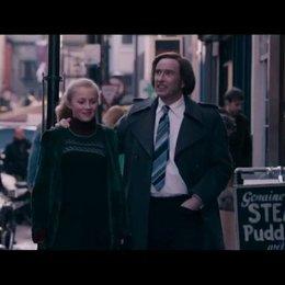 Paul Raymond (Steve Coogan) läuft mit seiner noch jungen Tochter Debbie (Imogen Poots) durch die Straßen von Soho und zeigt ihr seine Häuser - Szene