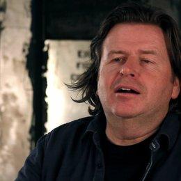 Simon West -Regie- über so viele Action-Legenden zusammen in einem Film - OV-Interview Poster