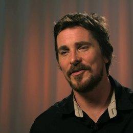 Christian Bale - Irving Rosenfeld - über Richie DiMaso - OV-Interview Poster