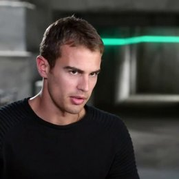 Theo James - Four - über seine Rolle - OV-Interview Poster