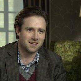 Paul King - Regisseur - über die Anziehungskraft von Paddington - OV-Interview Poster