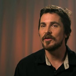 Christian Bale - Irving Rosenfeld -  über Irvings Beziehung zu Sydney - OV-Interview Poster
