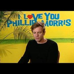 Ewan McGregor (Phillip Morris) über die Zusammenarbeit mit den Regisseuren - OV-Interview Poster