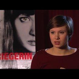 Alina Levshin über Marisas Look - Interview Poster