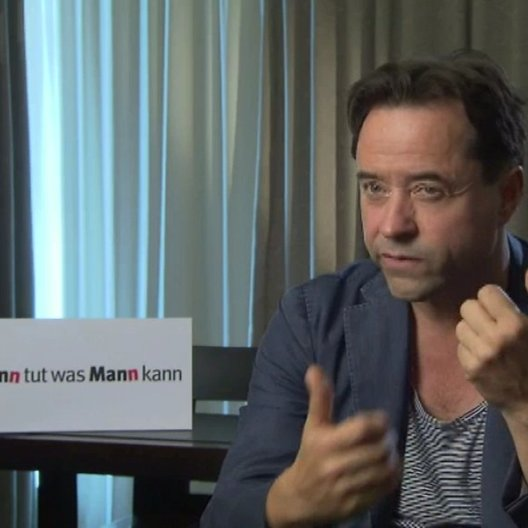 Jan Josef Liefers über Wahrheitsgehalt und die Chemie beim Dreh - Interview Poster