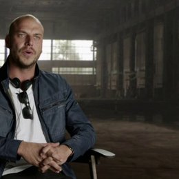 Patrick Hughes - Regisseur - darüber, den richtigen Ton zu treffen - OV-Interview Poster