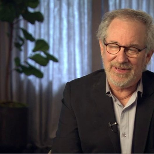 Steven Spielberg (Regisseur, Produzent) über die Sicherheitsprotokolle für die Pferde - OV-Interview Poster