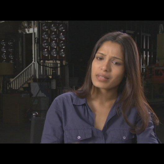 Freida Pinto (Caroline Aranha) über das Treffen mit Will Rodman zu Beginn des Films - OV-Interview Poster