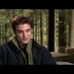 Robert Pattinson (Edward Cullen) - über die Schwangerschaft von Bella - OV-Interview Poster