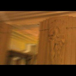 Ausstatter Guy Hendrix Dyas stellt die Wohnung von Indiana Jones vor und welche Spuren der ersten drei Filme sich darin finden. - Making Of