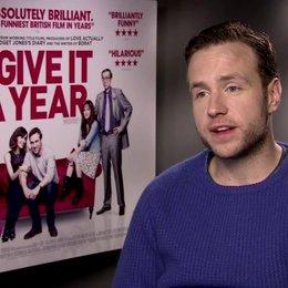 Rafe Spall (Josh) über Komödien - OV-Interview Poster