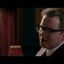 Paul Raymond (Steve Coogan) wird interviewt und erzählt, wie seine Karriere begann - Szene
