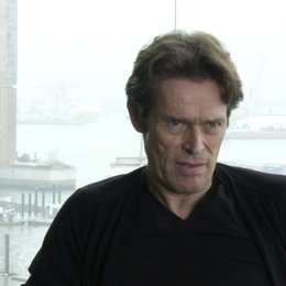 Willem Dafoe  - Tommy Brue - Die Themen des Films - OV-Interview Poster