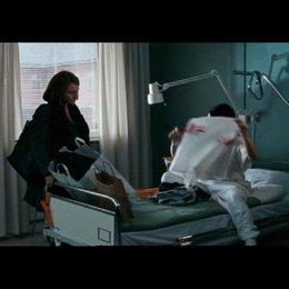 Lisbeth wird vom Krankenhaus ins Gefängnis überführt - Szene Poster