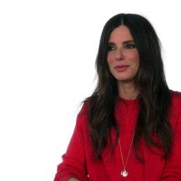 Sandra Bullock - Scarlet Overkill -  darüber, den Bösewicht zu spielen - OV-Interview Poster