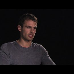 Theo James über Selene - OV-Interview Poster
