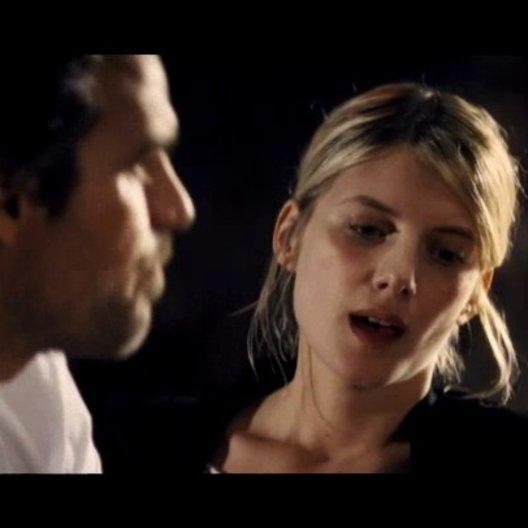 Alma findet Dylan in einer Bar - Szene Poster
