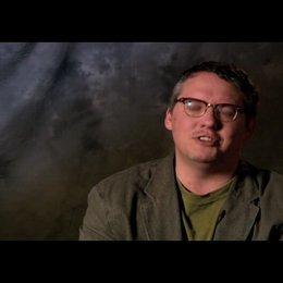 Adam McKay - Regie, Drehbuch, Produzent über Action-Komoedien - OV-Interview Poster