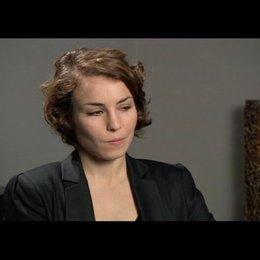 Noomi Rapace über Lisbeths Verhältnis zu ihrer Anwältin, Mikaels Schwester Annika - OV-Interview Poster