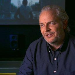 Francis Lawrence - Regisseur  - wie sich die Zuschauer mit Katniss identifizieren können - OV-Interview Poster