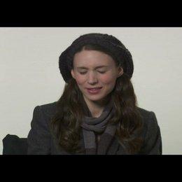 """Rooney Mara (""""Erica Albright"""") über die Arbeit mit Jesse Eisenberg - OV-Interview Poster"""