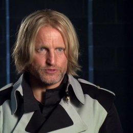 Woody Harrelson - Haymitch Abernathy - über die Beziehung zwischen Haymitch, Katniss und Peeta - OV-Interview Poster
