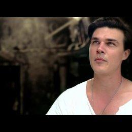 Finn Wittrock über Hoffnung und überleben - OV-Interview Poster