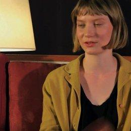 Mia Wasikowska über Robyns Reise - OV-Interview Poster
