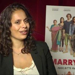 Neelesha Barthel über die Rolle der Oma, über die Kostüme - Interview Poster