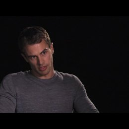 Theo James über die Story - OV-Interview