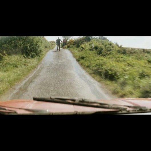 Declans Wagen landet im Bach - Szene Poster