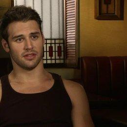 Ryan Guzman - Sean über die Dreharbeiten - OV-Interview Poster